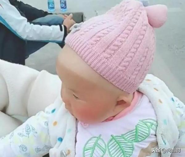 Đi học lái xe với mẹ, em bé bị cháy nắng phong cách 'nửa hồn thương đau' khiến dân tình cười muốn xỉu - Ảnh 1