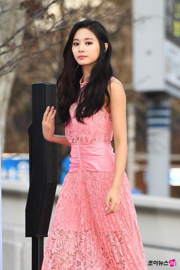 Những bộ cánh quyến rũ, sexy nhất của 'Mỹ nhân đẹp nhất thế giới' Tzuyu (TWICE) trên thảm đỏ - Ảnh 3