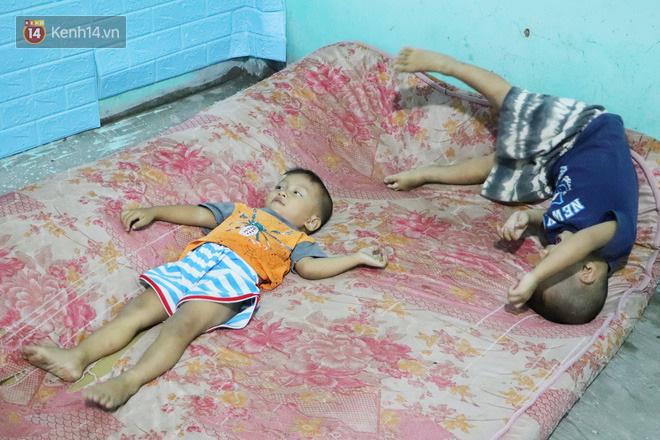 2 đứa trẻ đói ăn ở nhà chờ mẹ vào viện chăm cha bị tai nạn mà không đủ tiền chữa trị: 'Mẹ ơi, cha con đâu rồi' - Ảnh 13