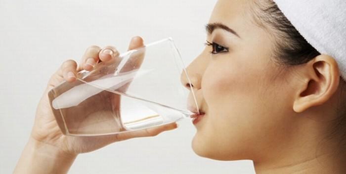 Uống nước muối ấm buổi sáng giúp giảm cân nhanh, Tết này không lo bụng ngấn mỡ hay thân hình quá khổ - Ảnh 1