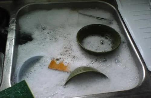 Những sai lầm tai hại khi rửa bát hầu như ai cũng phạm phải làm ảnh hưởng đến sức khỏe - Ảnh 1