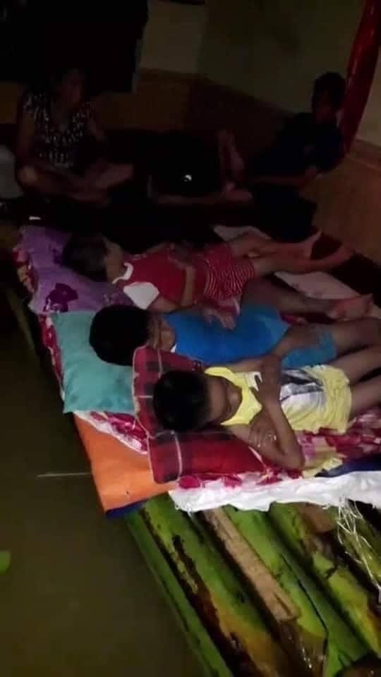 Rớt nước mắt với cảnh tượng những đứa trẻ ngủ ngoan trên chiếc bè chuối, trong ngôi nhà nhỏ bốn bề toàn là nước lũ - Ảnh 2