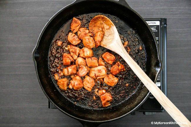 Bữa trưa nhanh gọn ngon lành đủ chất với mì xào thịt gà - Ảnh 1
