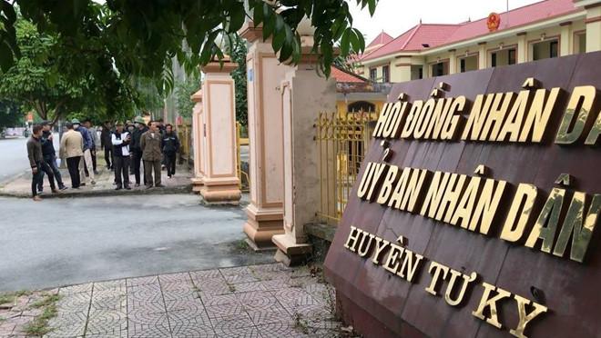 Dân kéo đến UBND huyện đòi giải quyết tình trạng côn đồ hoành hành - Ảnh 1