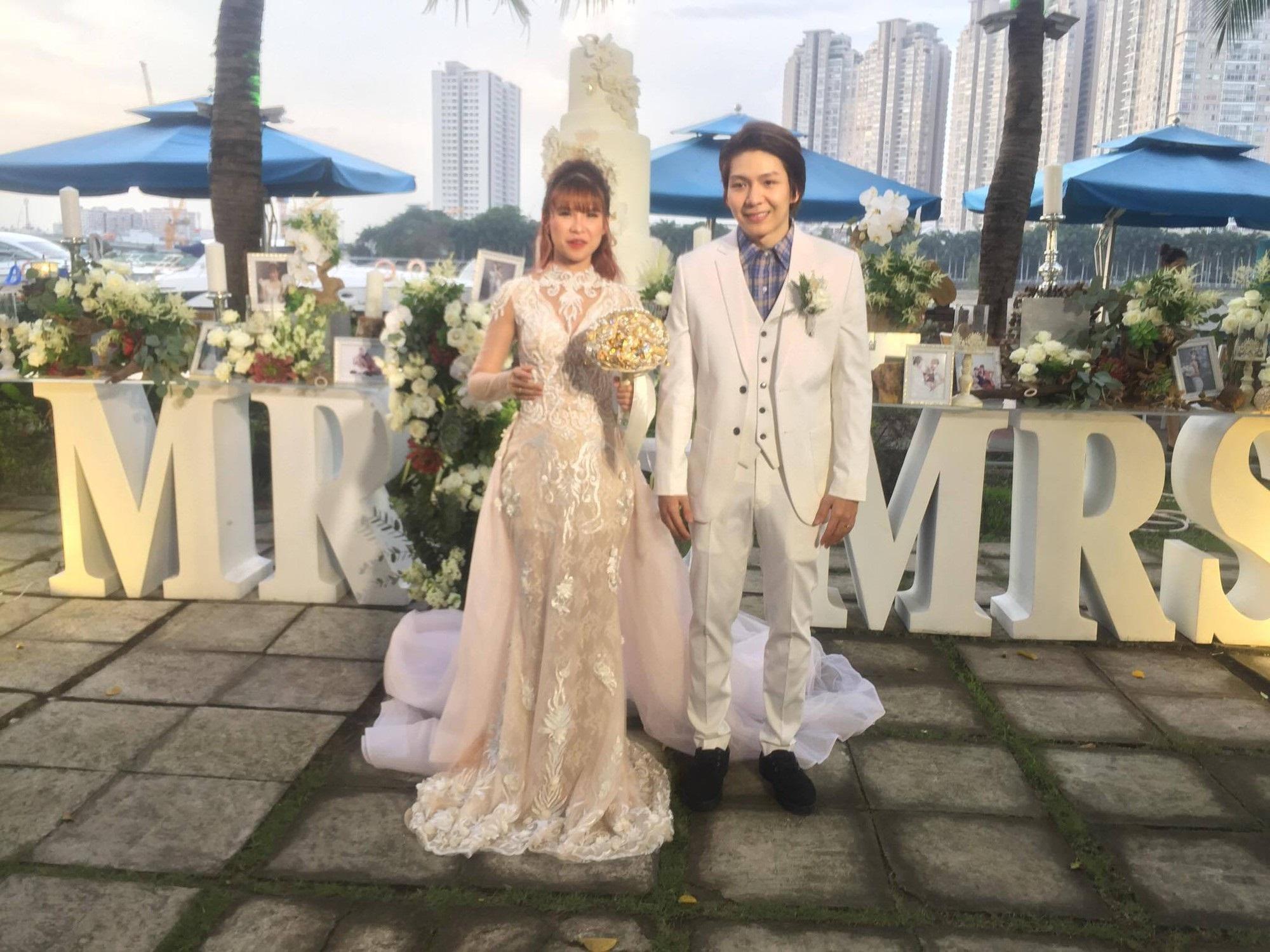 Cập nhật: Vợ chồng Kelvin Khánh - Khởi My diện trang phục giản dị, quậy tưng bừng trong tiệc cưới - Ảnh 1