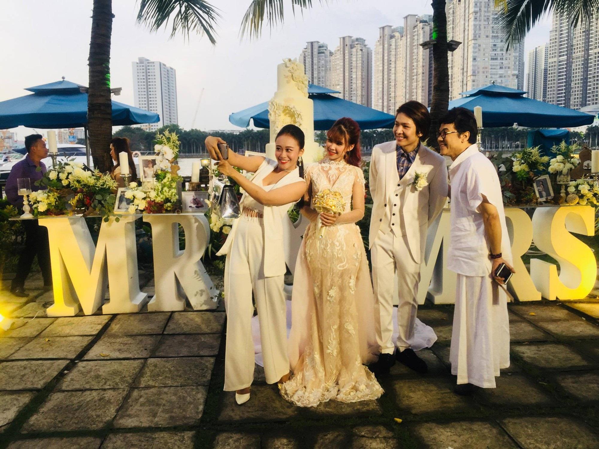 Cập nhật: Vợ chồng Kelvin Khánh - Khởi My diện trang phục giản dị, quậy tưng bừng trong tiệc cưới - Ảnh 2