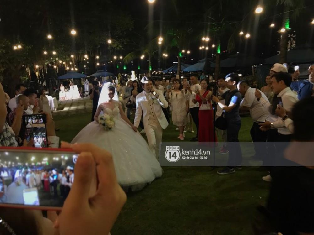 Cập nhật: Vợ chồng Kelvin Khánh - Khởi My diện trang phục giản dị, quậy tưng bừng trong tiệc cưới - Ảnh 9