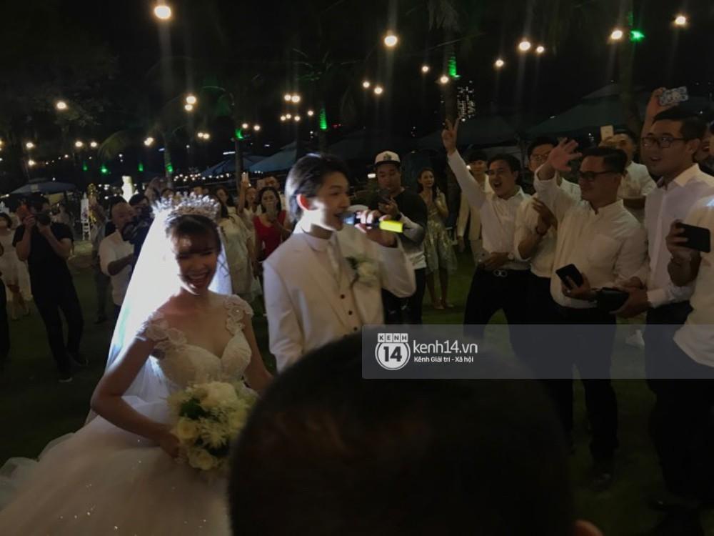 Cập nhật: Vợ chồng Kelvin Khánh - Khởi My diện trang phục giản dị, quậy tưng bừng trong tiệc cưới - Ảnh 10