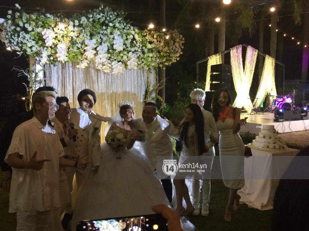 Cập nhật: Vợ chồng Kelvin Khánh - Khởi My diện trang phục giản dị, quậy tưng bừng trong tiệc cưới - Ảnh 12