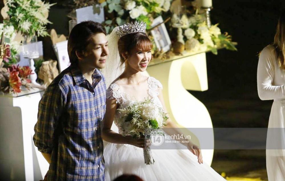 Cập nhật: Vợ chồng Kelvin Khánh - Khởi My diện trang phục giản dị, quậy tưng bừng trong tiệc cưới - Ảnh 14