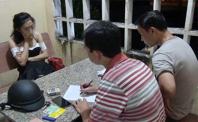 Bắt quả tang 5 cặp nam nữ mua bán dâm trong nhà nghỉ - Ảnh 1