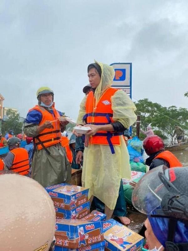 Hồ Việt Trung, Huỳnh Phương… ném đồ cứu trợ cho người dân: Có đáng lên án? - Ảnh 1