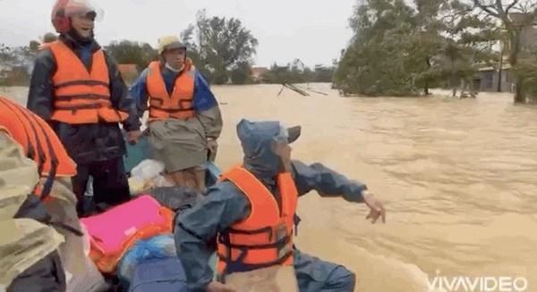 Hồ Việt Trung, Huỳnh Phương… ném đồ cứu trợ cho người dân: Có đáng lên án? - Ảnh 2