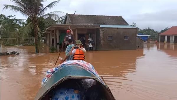 Hồ Việt Trung, Huỳnh Phương… ném đồ cứu trợ cho người dân: Có đáng lên án? - Ảnh 4
