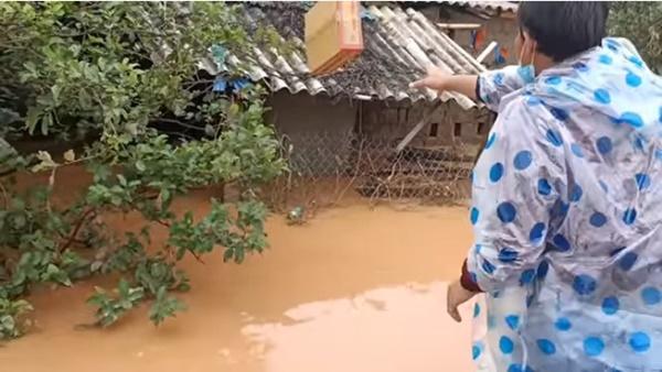 Hồ Việt Trung, Huỳnh Phương… ném đồ cứu trợ cho người dân: Có đáng lên án? - Ảnh 5