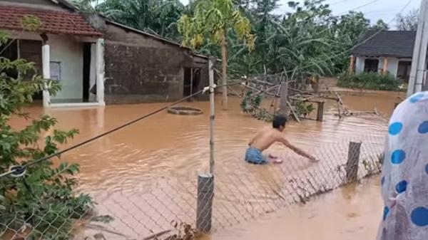 Hồ Việt Trung, Huỳnh Phương… ném đồ cứu trợ cho người dân: Có đáng lên án? - Ảnh 6