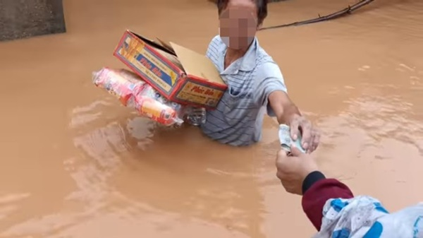 Hồ Việt Trung, Huỳnh Phương… ném đồ cứu trợ cho người dân: Có đáng lên án? - Ảnh 7