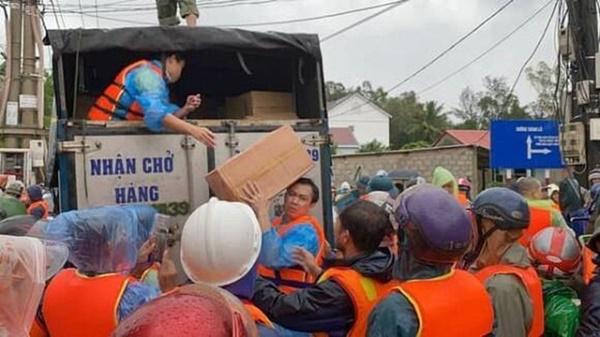 Hồ Việt Trung, Huỳnh Phương… ném đồ cứu trợ cho người dân: Có đáng lên án? - Ảnh 8