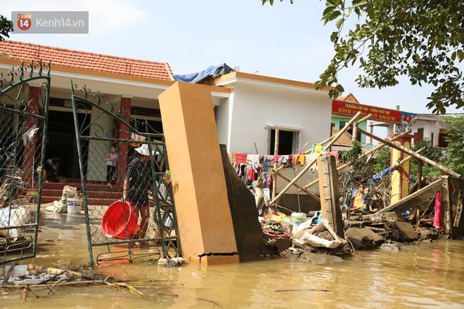 Nhà bị lũ cuốn, người đàn ông gửi vợ con cho người thân rồi xung phong đi cứu trợ người dân ngập lụt - Ảnh 1