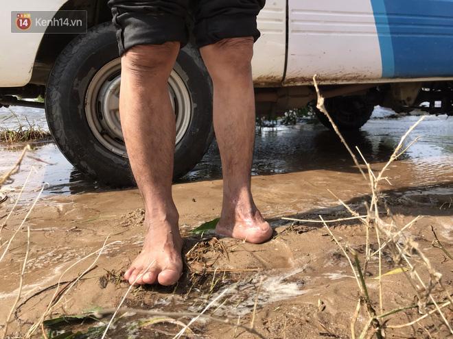 Nhà bị lũ cuốn, người đàn ông gửi vợ con cho người thân rồi xung phong đi cứu trợ người dân ngập lụt - Ảnh 10