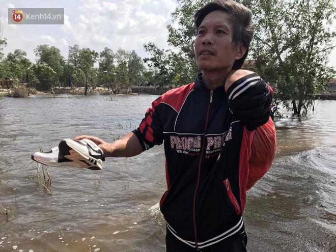 Nhà bị lũ cuốn, người đàn ông gửi vợ con cho người thân rồi xung phong đi cứu trợ người dân ngập lụt - Ảnh 12