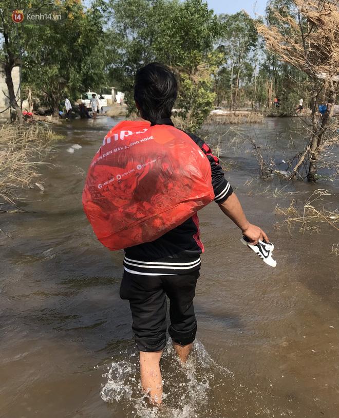Nhà bị lũ cuốn, người đàn ông gửi vợ con cho người thân rồi xung phong đi cứu trợ người dân ngập lụt - Ảnh 13