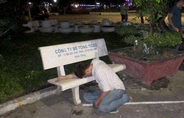 Người đàn ông chết gục bên ghế đá ở công viên - Ảnh 1