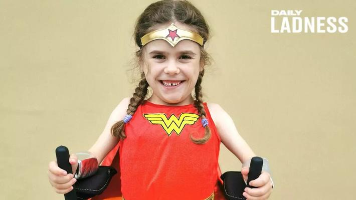 Bé gái 6 tuổi bị bệnh không thể đi bộ quá 5 phút nhưng lại làm nên điều không tưởng ở giải chạy marathon và được coi là nữ thần chiến binh thực thụ - Ảnh 1