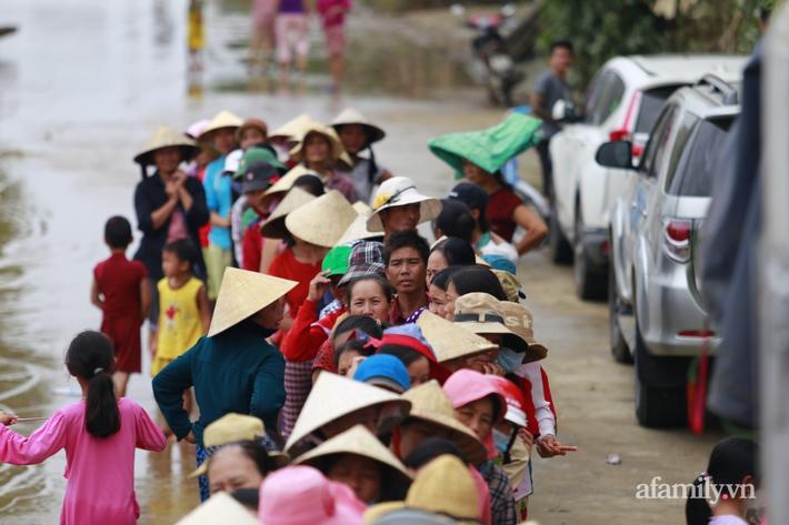 Câu chuyện cứu trợ sau trận 'đại hồng thủy' ở Quảng Bình: Điều tiết thế nào để tránh tình trạng người dân nơi thừa, nơi thiếu - Ảnh 1