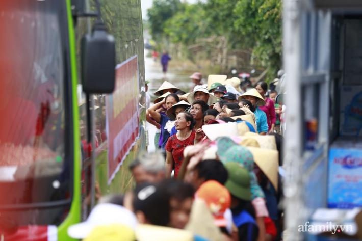 Câu chuyện cứu trợ sau trận 'đại hồng thủy' ở Quảng Bình: Điều tiết thế nào để tránh tình trạng người dân nơi thừa, nơi thiếu - Ảnh 3