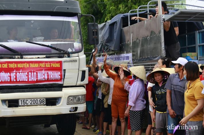 Câu chuyện cứu trợ sau trận 'đại hồng thủy' ở Quảng Bình: Điều tiết thế nào để tránh tình trạng người dân nơi thừa, nơi thiếu - Ảnh 4