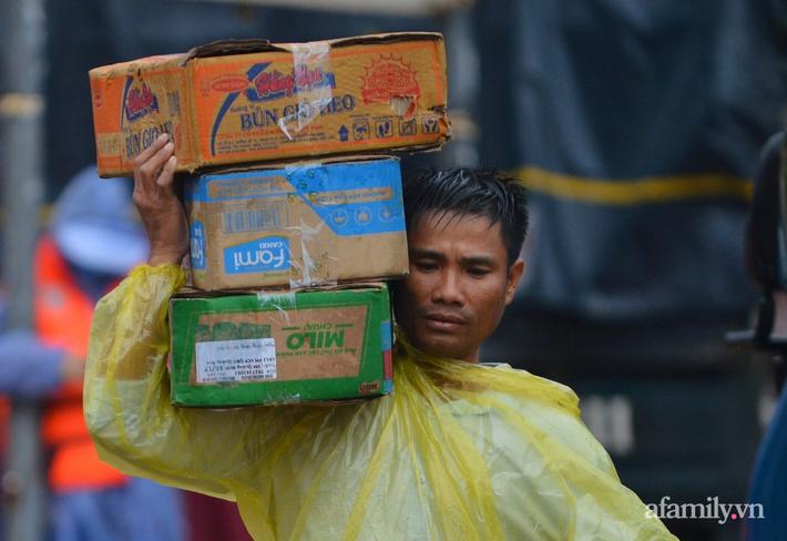 Câu chuyện cứu trợ sau trận 'đại hồng thủy' ở Quảng Bình: Điều tiết thế nào để tránh tình trạng người dân nơi thừa, nơi thiếu - Ảnh 5