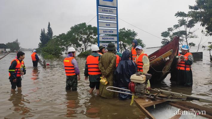 Câu chuyện cứu trợ sau trận 'đại hồng thủy' ở Quảng Bình: Điều tiết thế nào để tránh tình trạng người dân nơi thừa, nơi thiếu - Ảnh 6