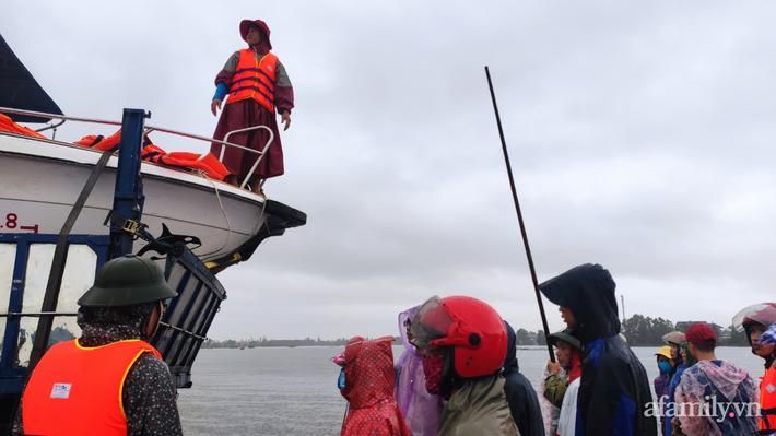 Câu chuyện cứu trợ sau trận 'đại hồng thủy' ở Quảng Bình: Điều tiết thế nào để tránh tình trạng người dân nơi thừa, nơi thiếu - Ảnh 7