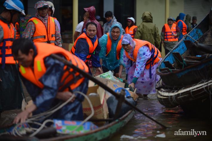 Câu chuyện cứu trợ sau trận 'đại hồng thủy' ở Quảng Bình: Điều tiết thế nào để tránh tình trạng người dân nơi thừa, nơi thiếu - Ảnh 8