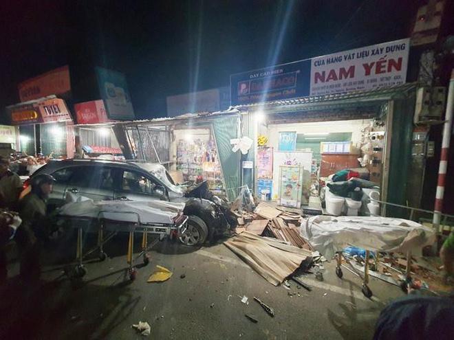 Clip: Khoảnh khắc xe tải mất lái, tông hàng loạt ô tô, lao vào 4 nhà dân bên đường khiến 3 người tử vong - Ảnh 1