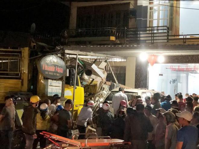 Clip: Khoảnh khắc xe tải mất lái, tông hàng loạt ô tô, lao vào 4 nhà dân bên đường khiến 3 người tử vong - Ảnh 2