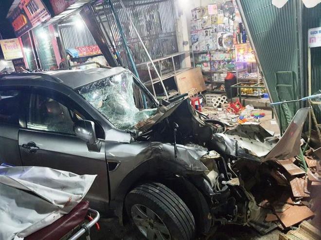 Clip: Khoảnh khắc xe tải mất lái, tông hàng loạt ô tô, lao vào 4 nhà dân bên đường khiến 3 người tử vong - Ảnh 3