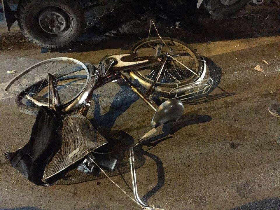 Hà Nội: Đi xe đạp dàn hàng ngang trên đường, 6 em học sinh bị ô tô tải đâm - Ảnh 3