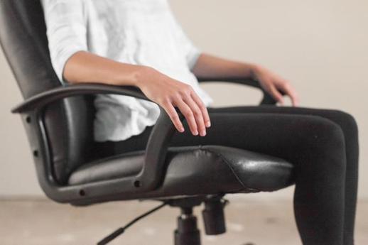 Theo giới chuyên gia, tư thế ngồi đúng cách cần đảm bảo hai bàn chân tiếp xúc hoàn toàn với mặt đất.