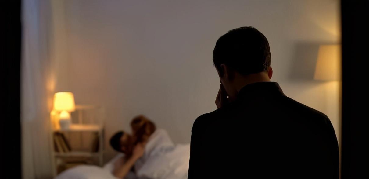 Nghe tiếng thở gấp dưới tầng 2, chồng xuống kiểm tra thì phát hiện vợ đang quan hệ với trai lạ và cái kết đau lòng - Ảnh 1