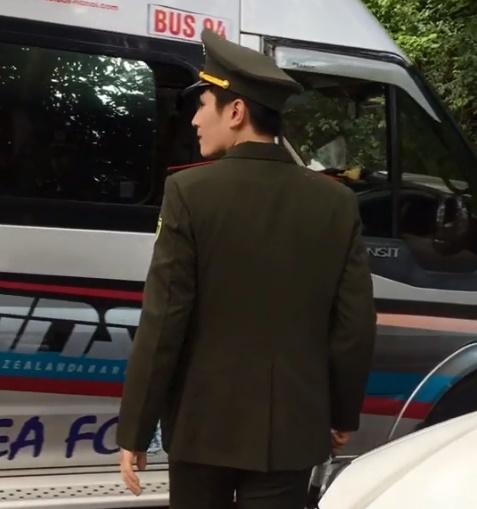 Chỉ xuất hiện điều tiết giao thông vài giây, 'hot boy kiểm lâm' sinh năm 96 khiến dân tình nháo nhào tìm info - Ảnh 2