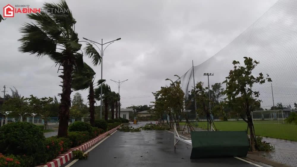 Cảnh tượng tan hoang ở Quảng Ngãi sau khi bão số 9 đổ bộ - Ảnh 1