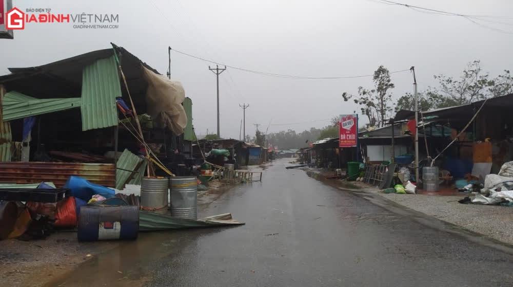 Cảnh tượng tan hoang ở Quảng Ngãi sau khi bão số 9 đổ bộ - Ảnh 4