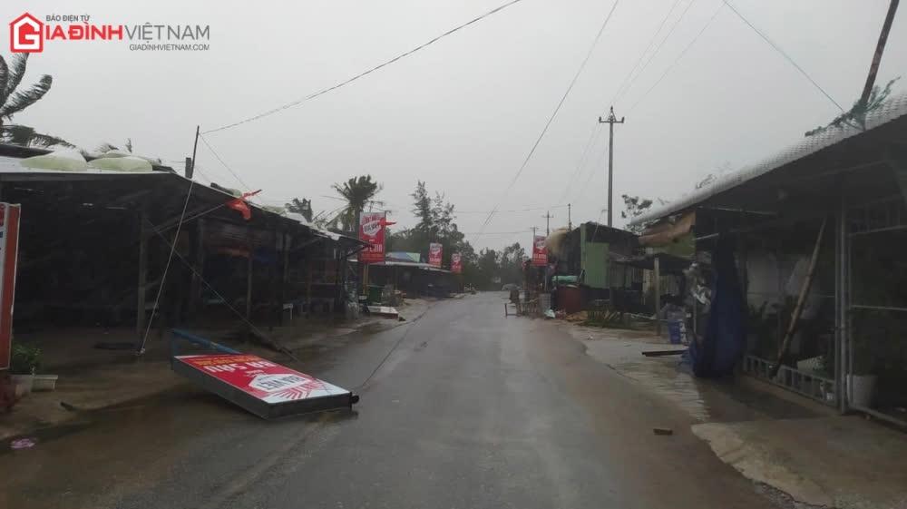 Cảnh tượng tan hoang ở Quảng Ngãi sau khi bão số 9 đổ bộ - Ảnh 5