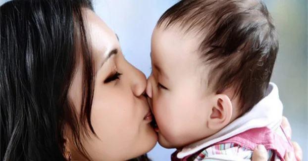 Có hay không việc trẻ nhiễm virus RSV qua nụ hôn của người lớn? - Ảnh 1