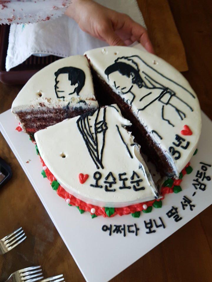 Đặt chiếc bánh kem mừng 30 năm ngày cưới bố mẹ, bạn trẻ khóc cạn nước mắt khi đến màn cắt bánh - Ảnh 3