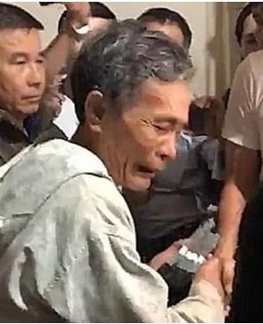 Mất trắng sau lũ, người đàn ông bật khóc nức nở vì được Thủy Tiên hỗ trợ trả nợ ngân hàng - Ảnh 4