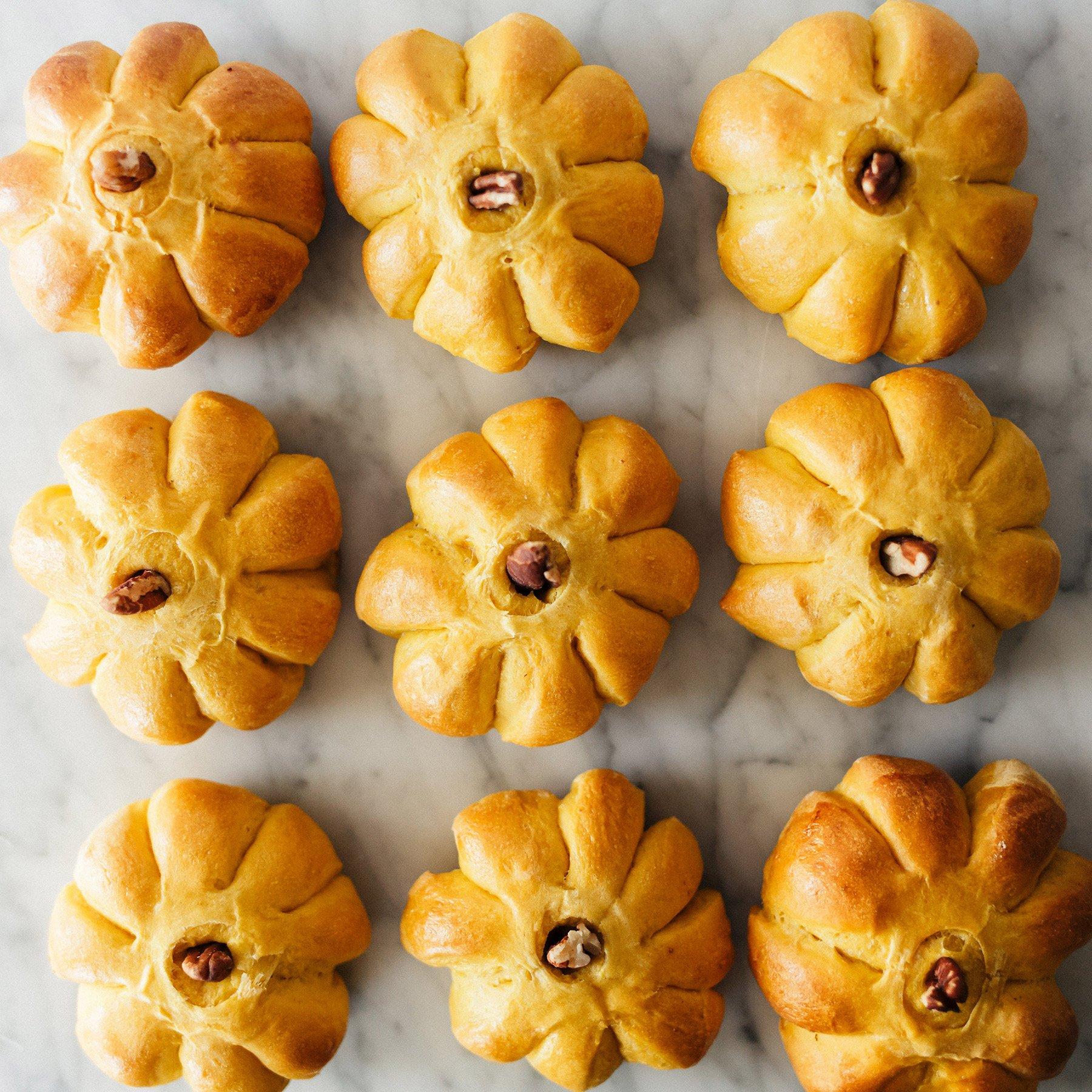 Bật mí cách làm bánh mì bí đỏ dễ làm tại nhà