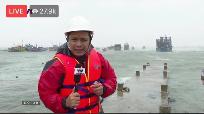 Phóng viên VTV bị gió xô suýt ngã khi đứng dẫn bản tin giữa tâm bão số 9 - Ảnh 1